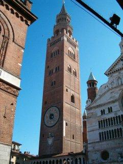 14 -Il Torrazzo di Cremona, situato accanto al duomo di Cremona, è il simbolo della città lombarda. Si tratta del secondo campanile storico più alto d'Italia, dopo il Campanile di Mortegliano ed è la torre in muratura più alta d'Europa.