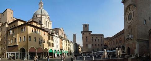 23 -Mantova. Altra veduta di Piazza delle Erbe.