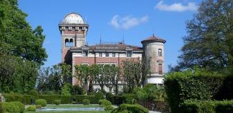 11 -Varese. In località Sant'Ambrogio sorge Villa Toeplitz, considerata una delle più belle ville con parco pubblico della città. Il complesso prende nome da Giuseppe Toeplitz (1866-1938), banchiere di origini polacche che l'acquistò nel 1914. Il complesso con l'elegante parco all'italiana passò al Comune di Varese nel 1972.