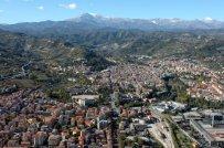 1 -Ascoli. Veduta aerea. E' chiamata la Città delle cento torri in quanto conserva diverse torri gentilizie e campanarie.
