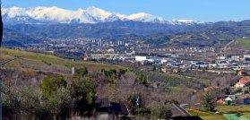 2 -Ascoli. altra panoramica con sulle sfondo i monti Sibillini imbiancati.