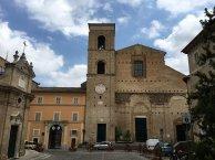 8 -Macerata.Duomo di San Giuliano. La facciata, incompiuta, ha i resti di un campanile di scuola gotico-fiorita, eretto nel 1467-1478 ed attribuito a Marino di Marco Cedrino.
