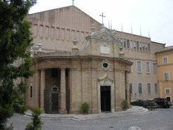 12 -Macerata. Il Santuario Madonna della Misericordia, che prospetta su Piazza Strambi, è la più piccola basilica al mondo e progettata dal grande Vanvitelli. trae origine da un'antica cappella votiva eretta nel 1447, in un solo giorno, per allontanare il pericolo della peste.