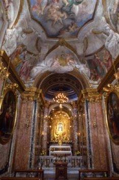 13 -Macerata, Basilica Santa Maria della Misericordia. L'interno è a unica navata, collegata al presbiterio a un ampio arco. In fondo al presbiterio si trova la venerata immagine della Madre della Misericordia, dipinta verso la fine del Quattrocento. Si tratta di un'ampia tela, attribuita a Lorenzo Costa,