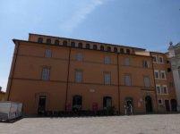 17 -Macerata. La biblioteca Mozzi Borgetti. si trova in piazza Vittorio Veneto , ed è dislocata su 3 piani, custodisce volumi antichi di grande importanza.