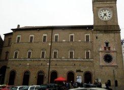 19 -Macerata. In Piazza Della Libertà, Teatro Lauro Rossi. sala settecentesca a campana, con palchi e soffitto decorati.