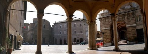 23 -Macerata. la piazza della libertà dall' interno della loggia.