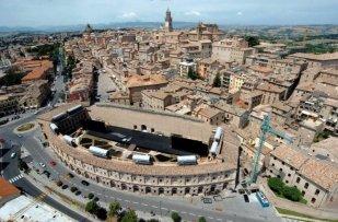 3 -Macerata , panoramica della città e sullo Sferisterio