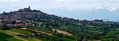 1 -Fermo, panorama con sullo sfondo i monti Sibellini.