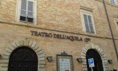 14 -Fermo. Teatro dell'Aquila, biglietto da visita di Fermo, è uno dei più belli delle Marche. Inaugurato nel 1790 e conta quasi mille posti. Pregevole il dipinto del soffitto, raffigurante i Numi dell'Olimpo intenti ad ascoltare il canto di Apollo. Al centro splende il lampadario a 56 bracci in ferro dorato e foglie lignee.