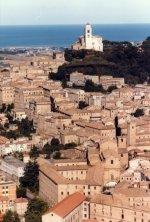 3-Vista della città di Fermo, in alto il Duomo