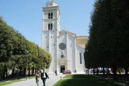 6 -Fermo, il Duomo. In fondo ad un viale alberato la chiesa appare tutto bianca e maestosa. Da li fuori il panorama sul mare è mozzafiato.