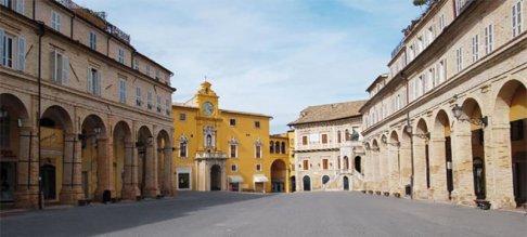 8 -Fermo. Piazza del Popolo,simbolo della città, considerata come una delle piazze più belle d'Italia.