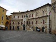 10-Fermo. Piazza del Popolo. Particolare del Palazzo dei Priori.