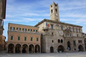 """4 - Ascoli P. Il Palazzo dei Capitani del Popolo è uno degli edifici storici più noti della città. Con la sua medioevale torre merlata si eleva a fianco dello storico Caffè Meletti, nel cuore del centro cittadino, affacciato sul """"salotto buono"""" di Piazza del Popolo, è stato ostruito tra il 1200 e il 1300, All'interno del palazzo vi sono: la Sala della Ragione, la Sala dei Savi, la Sala degli Stemmi, la Sala Massy, due gallerie espositive ed un chiostro."""