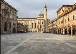 6 -Ascoli Piceno – Piazza del Popolo , con sullo sfondo la chiesa di San Francesco.