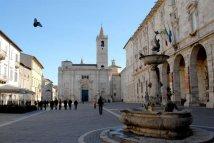 11 -Ascoli-piceno- altra panoramica di piazza-arringo con sullo sfondo La cattedrale di Sant'Emidio, duomo della città di Ascoli Piceno dedicato al suo patrono sant'Emidio e protettore dai terremoti.
