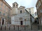 11 -Ancona. La chiesa di Santa Maria della Piazza si trova ad Ancona in piazza Santa Maria, nell'antico rione Porto.Costruita tra il XI e XII secolo, è un notevole esempio di stile romanico. Essa fu costruita su una chiesa paleocristiana del IV secolo restaurata nel VI; una parte del pavimento della chiesa attuale è in vetro per permettere la visione dei mosaici paleocristiani sottostanti.
