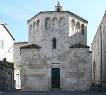 14 -Ascoli Piceno Piazza Arringo. Il Battistero di San Giovanni. uno dei più importanti esempi di architettura romanica in Italia, conserva ancora la fonte battesimale a immersione del XII secolo.