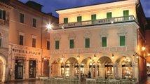9 -Ascoli Piceno – Piazza del Popolo. Caffè Meletti- tra i 150 caffè storici d'Italia, è dal 1905 un'istituzione di Ascoli, e luogo di ritrovo per pittori, scrittori, imprenditori e gente comune.