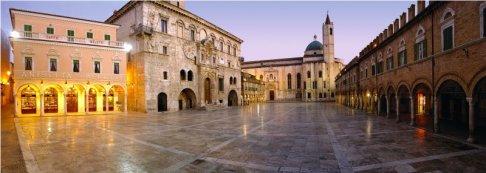 3 -Ascoli Piceno e la sua celebre Piazza del Popolo, considerata una delle piazze più belle d' Italia. Il suo centro storico, è costruito quasi interamente in travertino, pietre delle vicine cave del Piceno e questa sua bellezza si può ammirare guardando i monumenti che si affacciano nella come, la Chiesa di San Francesco, il Palazzo dei Capitani del Popoli, case medievali e portici.