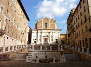 5 -Ancona. Piazza del Plebiscito in primo piano la chiesa ,la scalinata e la statua.
