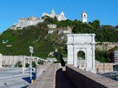 28 -Ancona. L'arco di Traiano con veduta del Duomo.