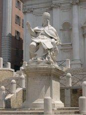6 -Statua di Clemente XII, 1738. Piazza del Plebiscito, dettaglio.