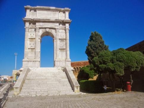 29 -Ancona. L'arco di Traiano in dettaglio.