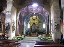 13 -Ascoli Piceno Piazza Arringo, interno del Duomo. è da visitare soprattutto per la cripta dove conserva il mausoleo con il corpo del santo e il meraviglioso Polittico del Crivelli.