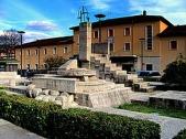 """24 -Isernia. Nel 1998, in Piazza della Repubblica, fu posta una scultura in pietra lavorata del maestro Pietro Cascella, denominata """"L'incontro"""". L'opera rappresenta l'anima di Isernia, fondata su un incontro di più strade, e quindi di culture diverse."""