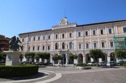 25 Campobasso. Piazza della Vittoria, palazzo San Giorgio sede del comune.