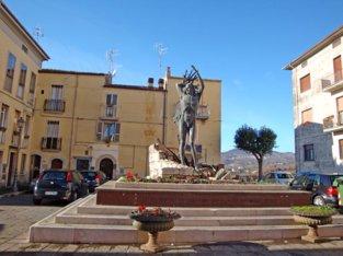 25-Isernia. Statua alle vittime del X Settembre, situata in Piazza X Settembre, la statua delle vittime del X Settembre rappresenta una figura maschile bronzea tra le macerie, che si ripara dai bombardamenti aerei.