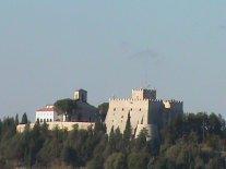 """24 -Campobasso. Il castello Monforte è un castello, monumento nazionale e simbolo della città. Prende il nome dal conte Nicola II Monforte, dei Monforte-Gambatesa, che lo restaurò in seguito al terremoto del 1456 nel 1458. Domina la città a circa 790 m s.l.m. L'area circostante è occupata dal parco della Via Matris, un percorso naturalistico che snodandosi lungo il pendio della collina ripercorre le tappe della Via Crucis. Il castello è inciso su una moneta d'argento da cinque euro coniata dalla Zecca dello Stato nel 2012 per la serie """"Italia delle Arti"""" dedicata alla città di Campobasso."""