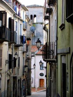 5 -Isernia. Centro storico con sullo sfondo, il campanile di Santa Maria delle Monache.