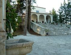 19 -Isernia. L'Eremo dei Santi Cosma e Damiano, ingresso.