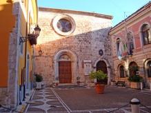 12 -Isernia. In Piazza Guglielmo Marconi, la Chiesa San-Francesco fu fatta costruire nel 1222 da Francesco d'Assisi, di passaggio nella città. Numerose le opere d'arte presenti, tra cui due Crocifissi del XVI secolo, una statua lignea della Madonna della Provvidenza del XIV secolo e una campana fusa nel 1259.