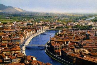 1 -Pisa. Panorama su una delle più belle città d'arte in Italia.