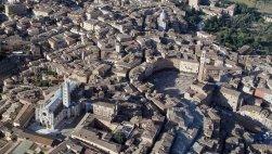 1 -Siena, città al centro della Toscana, panorama dove ben visibile sono il Duomo e Piazza del Campo.