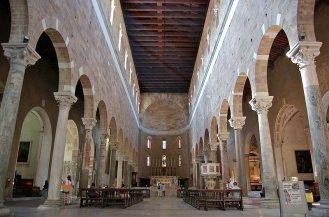13 -Lucca. Basilica diSan Frediano interno a tre navate, da ammirare il bellissimo fonte battesimale.