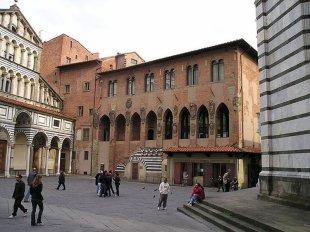 6 -Pistoia. Cattedrale di San Zeno, adiacente il palazzo dei vescovi.