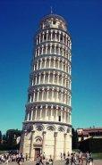 6 -Pisa. La torre pendente di Pisa, per la sua caratteristica pendenza è il simbolo della città ed è il più celebre monumento di Piazza del Duomo. Costruita tra il XII e il XIV secolo, la Torre pende perché il terreno ha ceduto già nelle prime fasi di costruzione e da allora è rimasta così. La Torre di Pisa alta 56 metri, è stata proposta come una delle sette meraviglie del mondo moderno.