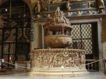 14 -Basilica di San Frediano interno il fonte battesimale, particolare.