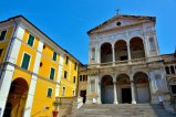 12 -Massa, in Piazza Duomo centro città, del 1477, il Duomo o cattedrale dei Santi Pietro e Francesco è il più importante edificio di culto cattolico della città.