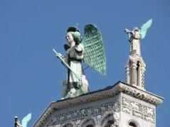 9 -Lucca. Chiesa di San Michele la statua dell'arcangelo Michele, particolare.