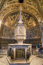 29 -Siena. l'opera più importante del Battistero, è il Fonte Battesimale, posto proprio al centro Battistero. A questo Fonte lavorarono i più importanti artisti del '400 italiano. Il progetto della scultura in marmo è attribuito a Jacopo della Quercia, mentre i pannelli in bronzo dorato che lo decorano sono stati attribuiti a Giovanni di Turino, Lorenzo Ghiberti, Donatello che lavorarono a questa straordinaria opera dal 1417 al 1431. Sempre Donatello lavorò agli angeli in bronzo che decorano il ciborio (baldacchino che sovrasta l' altare nelle chiese).
