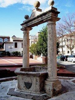 24 -Grosseto. situato in piazza San Francesco, vi è anche Il Pozzo dello Spedale, un pozzo-cisterna, l'opera venne realizzata nel 1465 e approvviggionava la struttura ospedaliera e la stessa città.