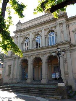 16 -Massa, in Piazza Teatro, il Teatro Guglielmi, edificio storico del diciannovesimo secolo.