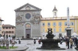 17 -Prato, piazza e chiesa San Francesco, si può notare in primo piano la fontana del Tacca.
