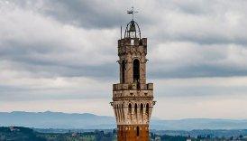 8 -Siena. La campana che sovrasta la Torre del Mangia, anche conosciuta come Campanone,venne installata nel 1666 e seguì alla campana fusa nel 1349. Nel 1666 fu installata la campana attuale, chiamata dai senesi Sunto (per la dedica a Maria Assunta) o Campanone. Pesa 6.760 chili e si trova sopra la cella campanaria.